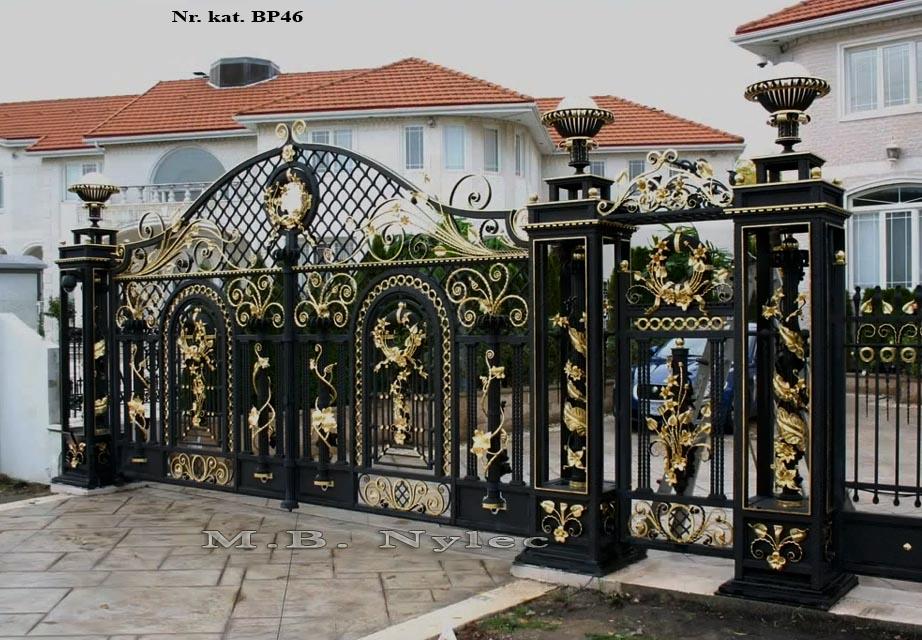 Brama wjazdowa do rezydencji z ażurowymi słupami bp46